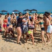 בעזרת החברים לאימון גם אתם תצליחו ללכת על הידיים בקרוספיט חיפה