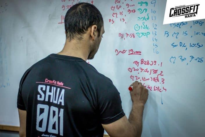 המאמן הראשי יפתח שוע רגע לפני שמתחיל האימון בקרוספיט חיפה