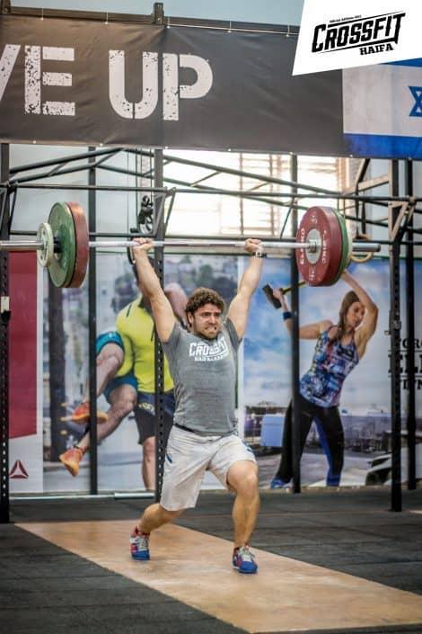 קרוספיט חיפה מארחת את אליפות הרמת המשקולות בתמונה המאמן שמעון עם שיא אישי בקלין אנד ג'רק